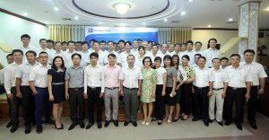 Cán bộ Tổng công ty hóa dầu Petrolimex chụp ảnh lưu niệm với giảng viên và cán bộ Viện Đào tạo và Bồi dưỡng Cán bộ Xây dựng