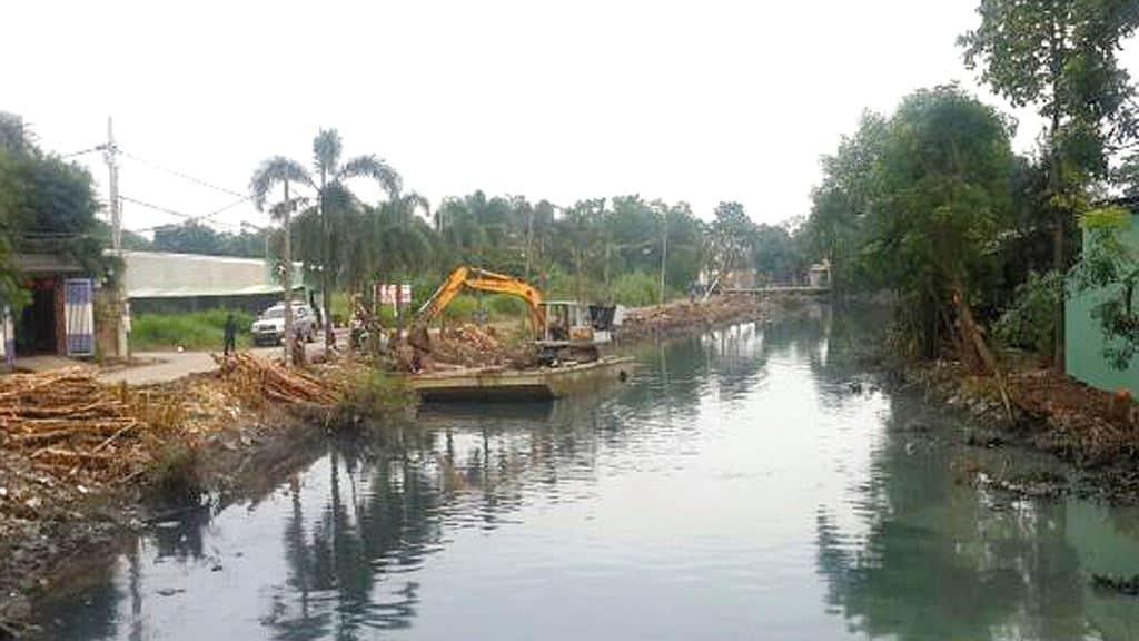 Gói thầu xây lắp 1 Xây dựng cống thoát nước từ đầu tuyến đến đường Phan Văn Hớn thuộc Dự án Hệ thống thoát nước kênh T2, xã Bà Điểm. Ảnh: Văn Sự