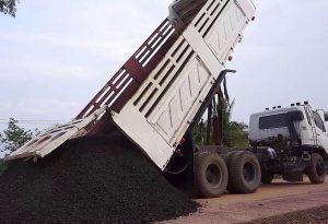 Công ty CP Kim khí Thành Đô không nộp bảo lãnh dự thầu tại Gói thầu TTB1-2019 Thuê 5 xe ô tô tải tự đổ khung cứng vận chuyển đất đá, trọng tải 90 - 100 tấn. Ảnh: Quang Tuấn
